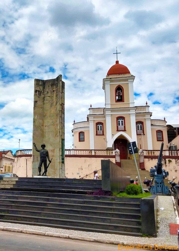 Igreja de São Gonçalo e Monumento aos Expedicionários em São João del Rei